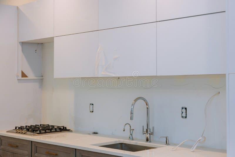 Arm?rios de cozinha feitos sob encomenda em v?rias fases da instala??o imagem de stock royalty free