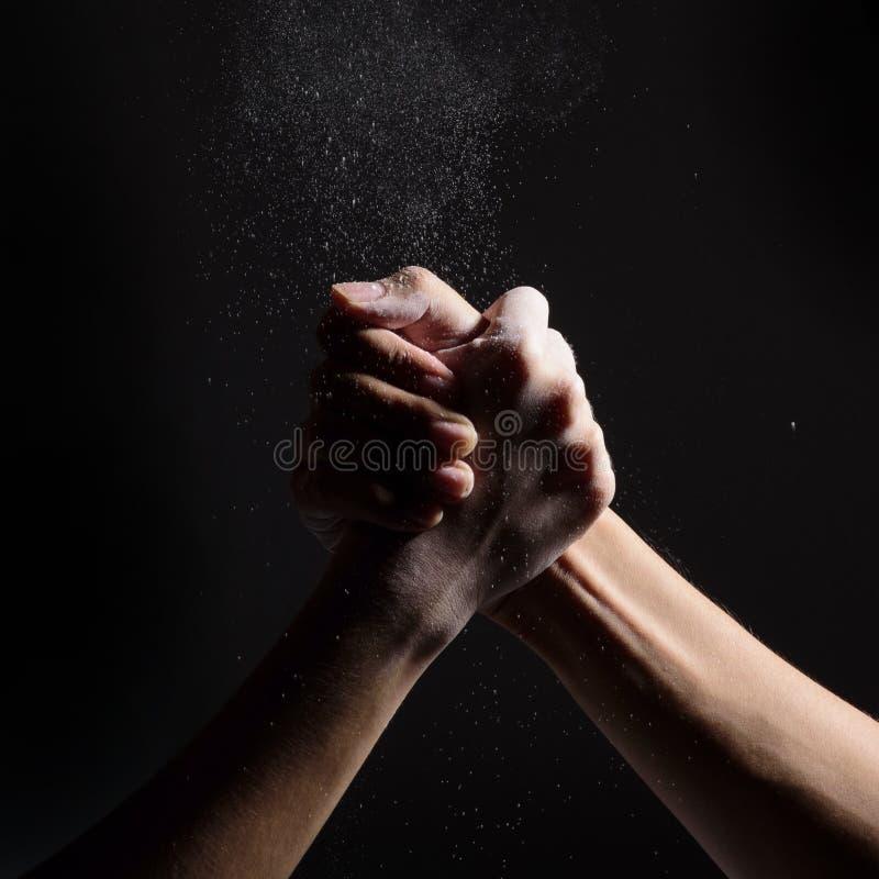 Arm-Wringen von Zwei-mann lizenzfreie stockfotografie