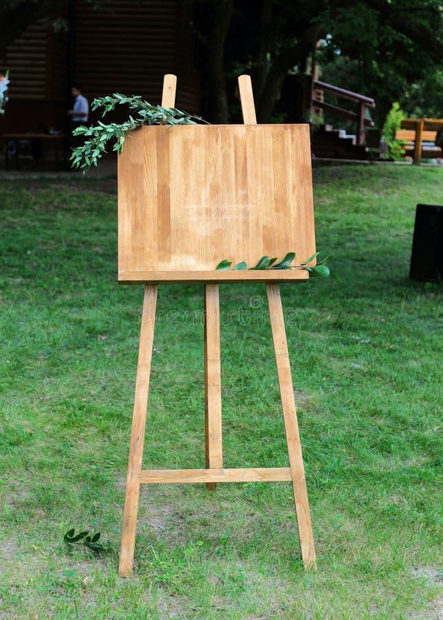 Armação de madeira com uma placa Copie o espaço, seu texto aqui foto de stock