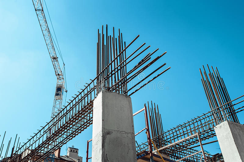 Armaçãos de aço de uma construção sob a construção, com torre Crane On Top imagem de stock royalty free