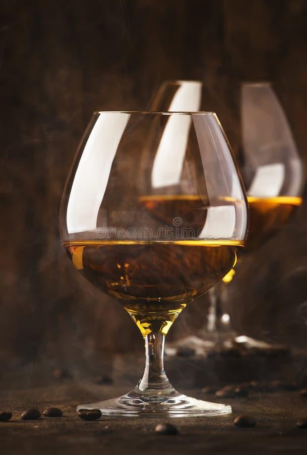 Armañac, brandy francés de la uva, bebida alcohólica fuerte Todavía vida en el estilo del vintage, foco selectivo fotos de archivo libres de regalías