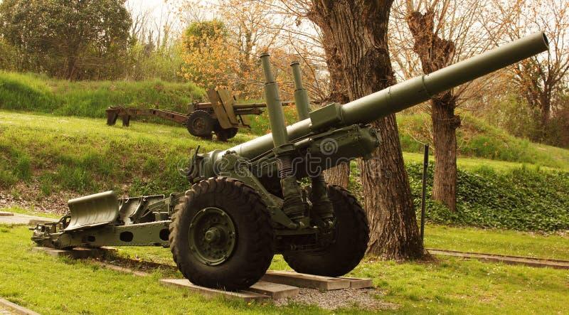 Arma antiaéreo de la Segunda Guerra Mundial ahora en dejar de usar y puesta en los cuarteles militares anteriores del meetin fuer fotografía de archivo libre de regalías