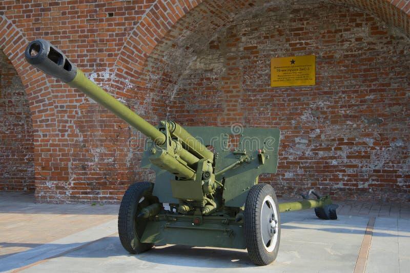 Arma antitanques divisional ZIS-3 de 76 milímetros en el Kremlin de Nizhny Novgorod imagen de archivo libre de regalías