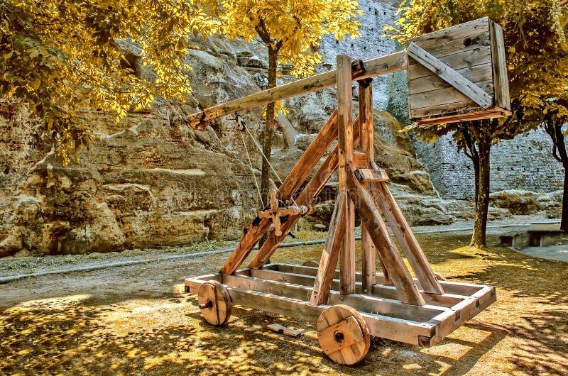 Arma balística medieval de madeira da catapulta foto de stock
