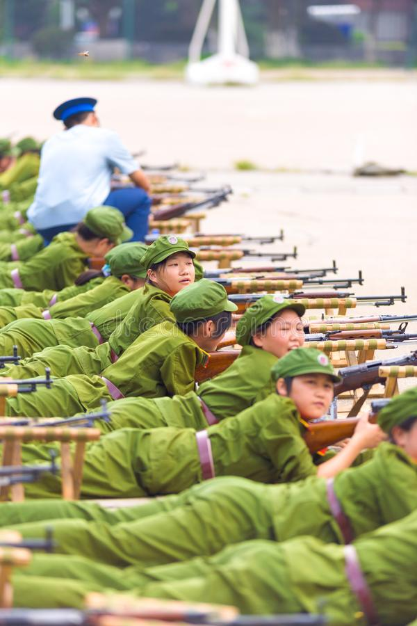 Arma chino propenso del entrenamiento militar de los estudiantes de la fila imagen de archivo libre de regalías