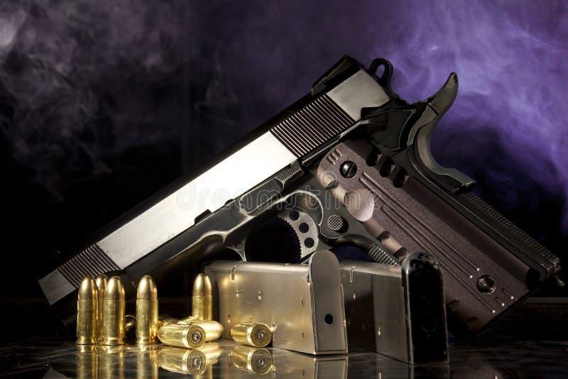 Arma, compartimento e balas da réplica imagens de stock
