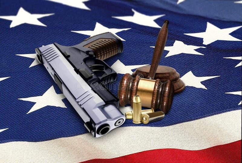 Arma con el mazo y balas en bandera americana fotografía de archivo libre de regalías