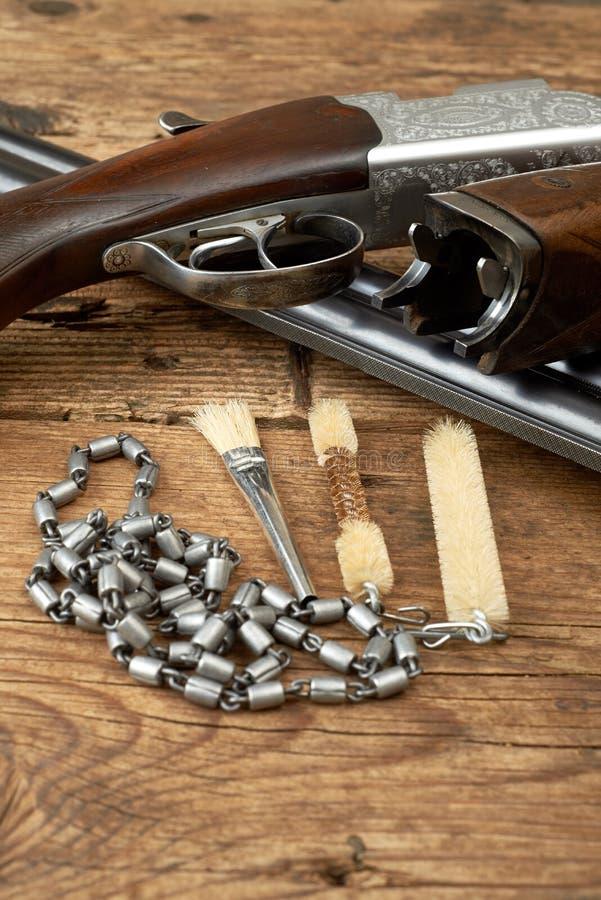 Arma da caça com jogo de limpeza em uma tabela imagem de stock