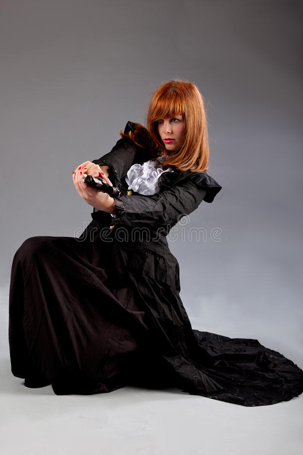 Arma de assento do tiro do steampunk da mulher fotografia de stock
