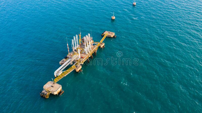 Arma de carga marina en la transferencia de plataforma de todos los fluidos petroquímicos de petróleo y gas y licuados entre buqu imagen de archivo