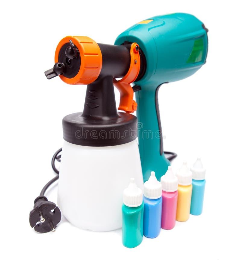 Arma de espray eléctrico para la pulverización del color y pequeñas botellas con color foto de archivo