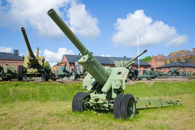 Arma de la artillería del primer del período de la Segunda Guerra Mundial en un día de verano soleado Museo de la artillería Hame fotografía de archivo libre de regalías