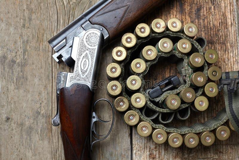 Arma de la caza del vintage con las cáscaras imágenes de archivo libres de regalías