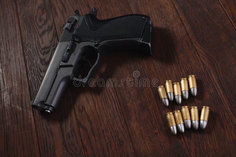 arma de mano ilegal en la tabla de madera fotos de archivo libres de regalías