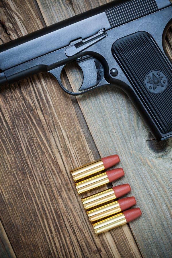 Arma de mano rusa soviética con la munición en viejo fondo de los tableros de madera imagen de archivo libre de regalías