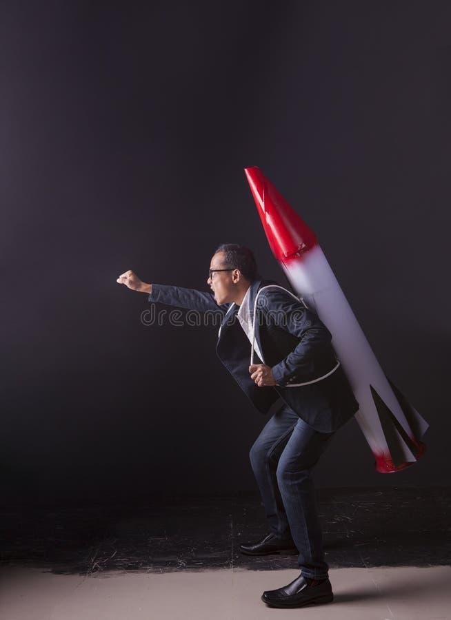 Arma del misil del cohete del hombre que lleva loco en actiing trasero con el mA foto de archivo libre de regalías