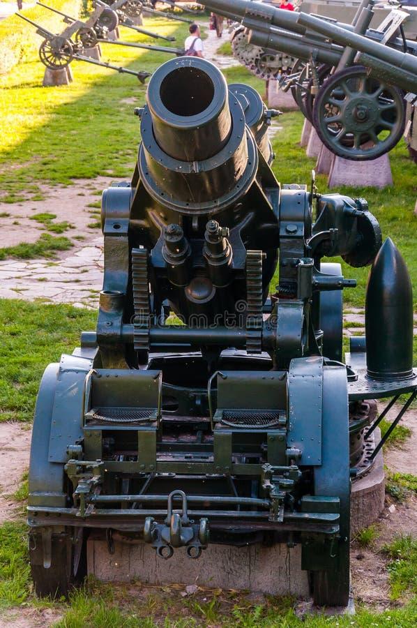 Arma del obús en la fundación de piedra como parte de la exposición al aire libre de las diversas armas de la artillería en el te foto de archivo