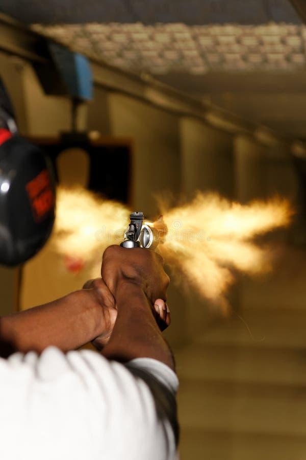 Arma del revólver encendido con el flash de bozal imágenes de archivo libres de regalías