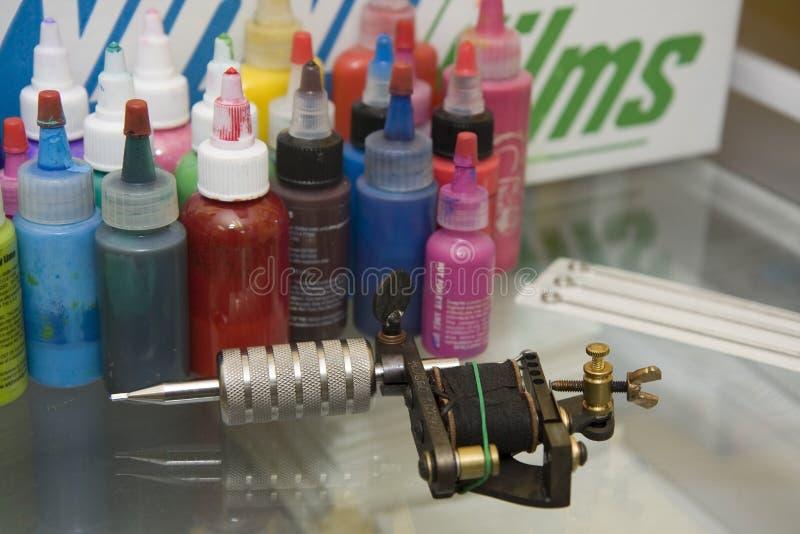 Arma del tatuaje con las agujas y la tinta imagenes de archivo
