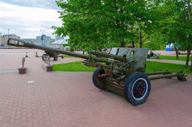arma divisional 76-milímetro de 1942 ZIS-3 modelo en el callejón de la gloria militar en el parque de ganadores, Vitebsk, Bielorr fotos de archivo libres de regalías