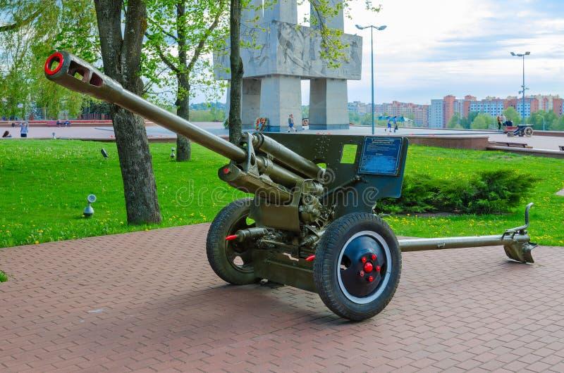 arma divisional 76-milímetro de 1942 ZIS-3 modelo en el callejón de la gloria militar en el parque de ganadores, Vitebsk, Bielorr foto de archivo libre de regalías