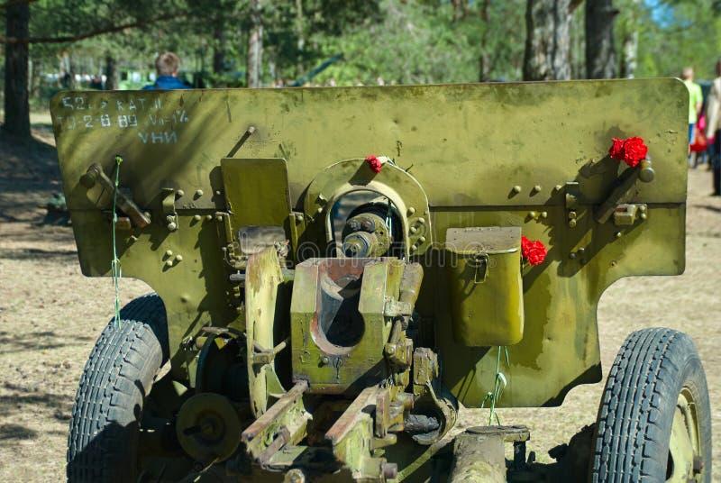 Arma divisional ruso ZIS-3 en la exposición del equipo militar en el día de la victoria foto de archivo
