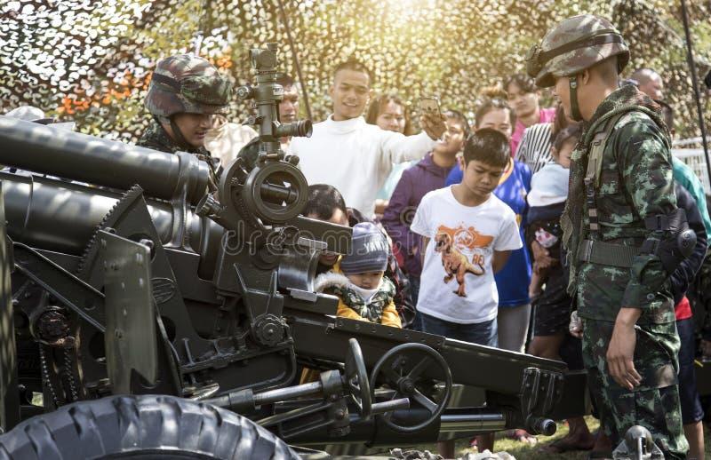 Arma do cânone da mostra do exército do soldado aos povos no festival dos dias da criança dentro imagens de stock royalty free
