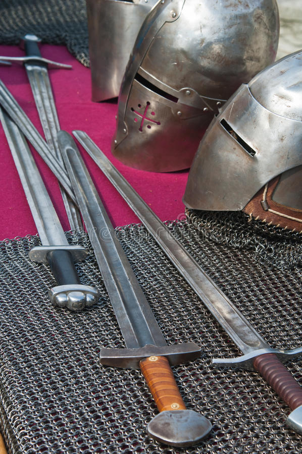Arma e armadura Knightly imagens de stock royalty free