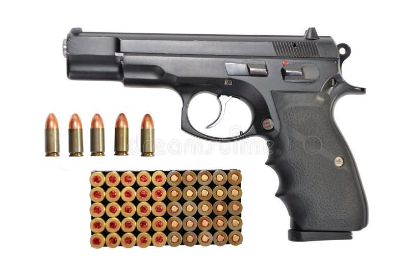 Arma e balas ajustadas isoladas foto de stock