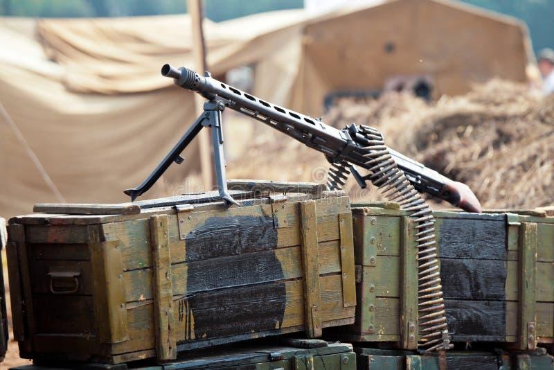 Arma en las cajas de munición foto de archivo libre de regalías