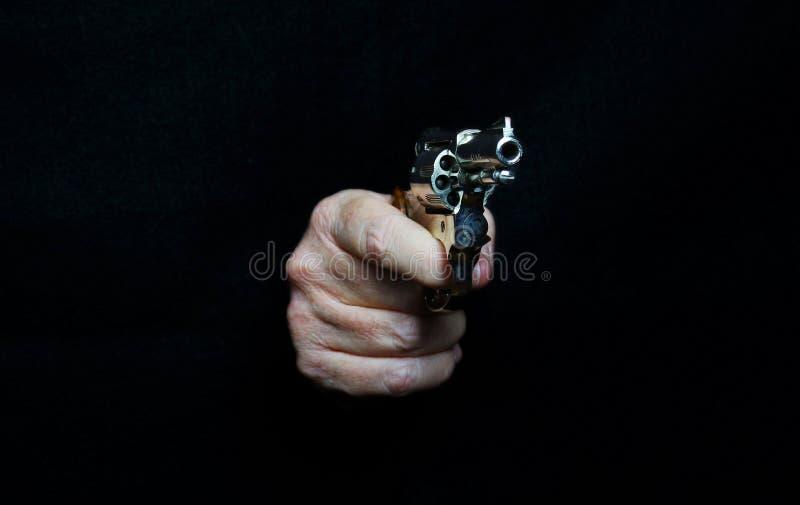 Arma Handheld (revólver) no modo do tiro imagem de stock