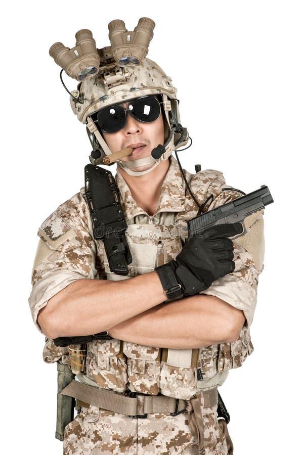 Arma lleno del control de la armadura del hombre del soldado en aislado fotos de archivo libres de regalías
