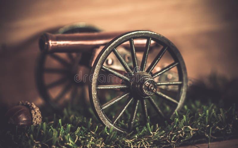 Arma militar en el carro de madera foto de archivo