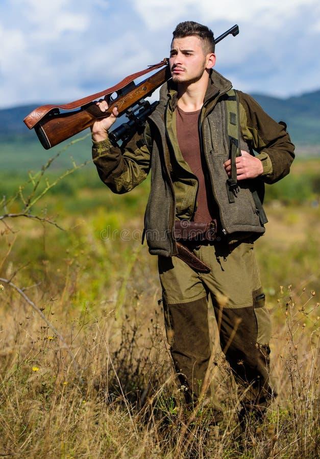 Arma o rifle del arma de la caza El cazador del hombre lleva el fondo de la naturaleza del rifle La experiencia y la práctica pre imágenes de archivo libres de regalías