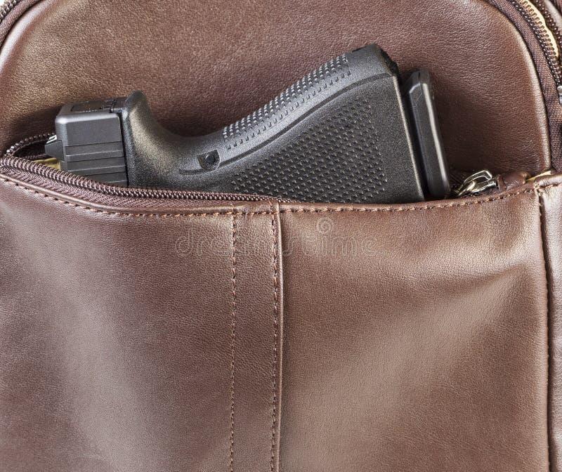 Arma personal en monedero imagen de archivo