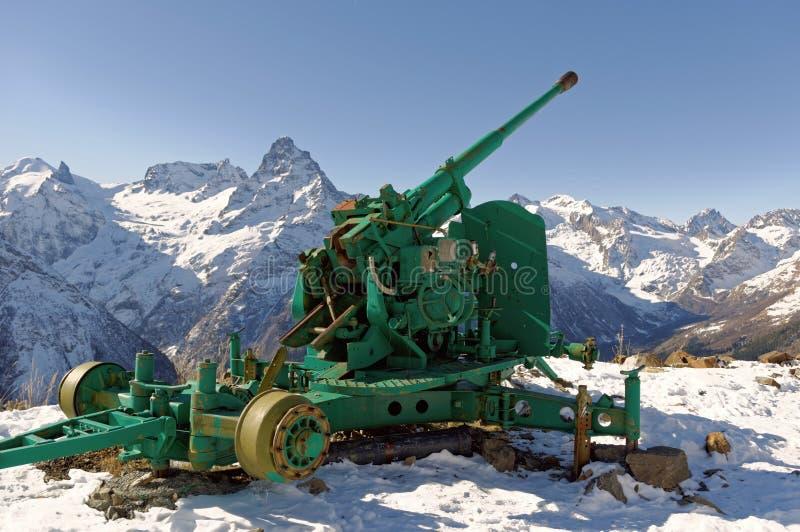 Arma velha da anti-avalancha Cume caucasiano central Karachay-Cherkessia, Rússia fotos de stock