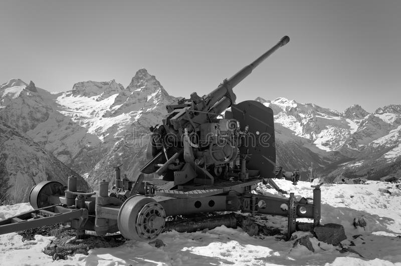 Arma velha da anti-avalancha Cume caucasiano central Karachay-Cherkessia, Rússia fotografia de stock