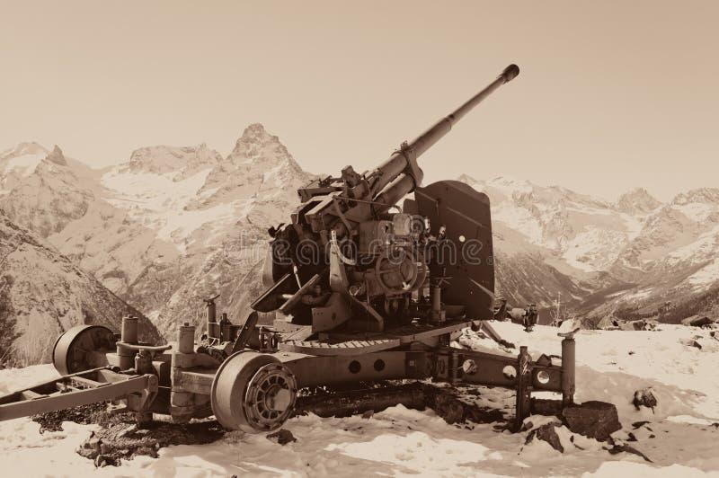 Arma velha da anti-avalancha Cume caucasiano central Karachay-Cherkessia, Rússia fotografia de stock royalty free