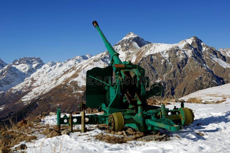 Arma velha da anti-avalancha Cume caucasiano central Karachay-Cherkessia, Rússia imagem de stock