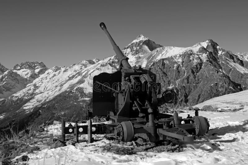 Arma velha da anti-avalancha Cume caucasiano central Karachay-Cherkessia, Rússia fotos de stock royalty free