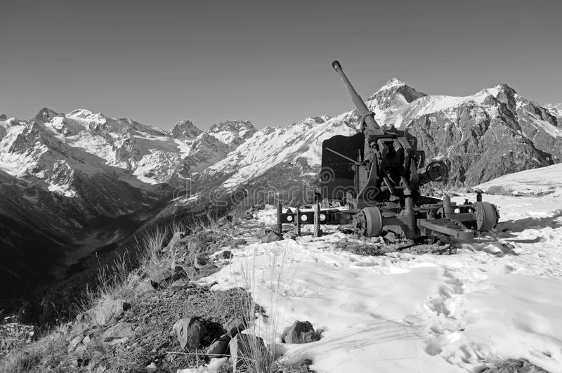 Arma velha da anti-avalancha Cume caucasiano central Karachay-Cherkessia, Rússia imagens de stock