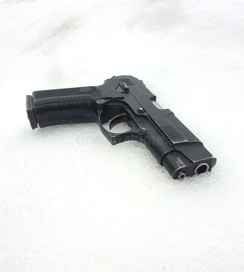 Arma velha que encontra-se na neve foto de stock royalty free
