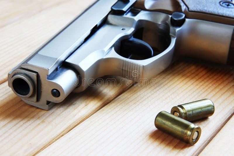 Arma y cartriges. imagen de archivo libre de regalías