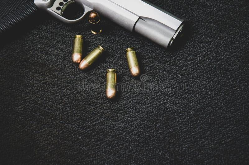 Arma y munición negros imagenes de archivo