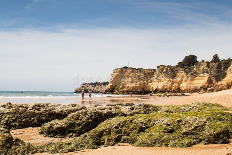 Armacao de Pera, Πορτογαλία - οι άνθρωποι στην κοιλάδα κάνουν την παραλία Olival στοκ εικόνες