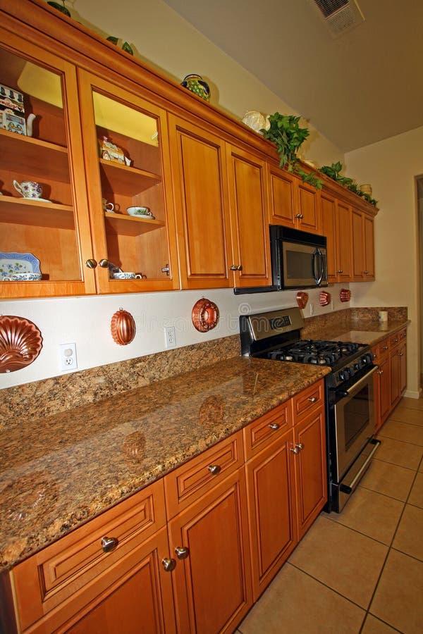 Armadi da cucina di legno moderni immagine stock immagine di granito spazioso 12003959 - Armadi da cucina ...