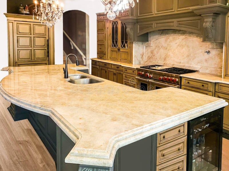 Armadi da cucina di legno variopinti con gli apparecchi, i controsoffitti del granito ed il pavimento di legno duro fotografia stock