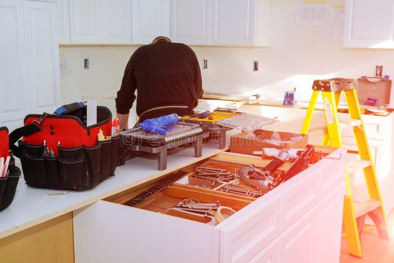 Armadi da cucina su ordinazione in varie fasi della base dell'installazione fotografie stock libere da diritti