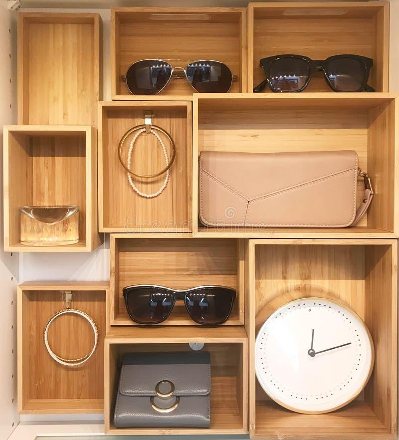 Armadietto di esposizione degli accessori in casa o nel centro commerciale moderna fotografia stock