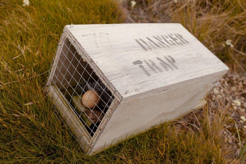 Armadilha animal pequena com aviso escrito para seres humanos fotos de stock
